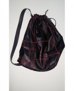 Kožený batoh přes rameno...